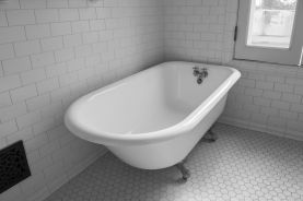 Vintage-clawfoot-bathtub